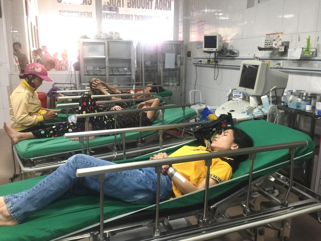 Xe chở công nhân lật xuống ruộng, ít nhất 10 người bị thương - 9
