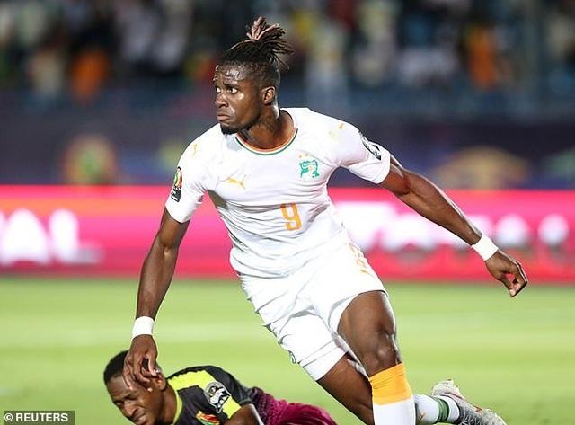 Wilfried Zaha ghi bàn giúp Bờ Biển Ngà vào tứ kết CAN 2019 - 1