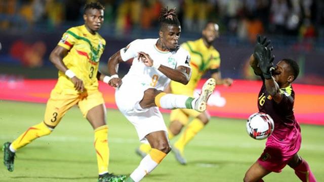 Wilfried Zaha ghi bàn giúp Bờ Biển Ngà vào tứ kết CAN 2019 - 2