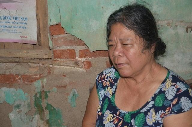 Xót xa cảnh bà cụ tuổi 70 cô đơn dưới mái nhà sắp sập! - 1