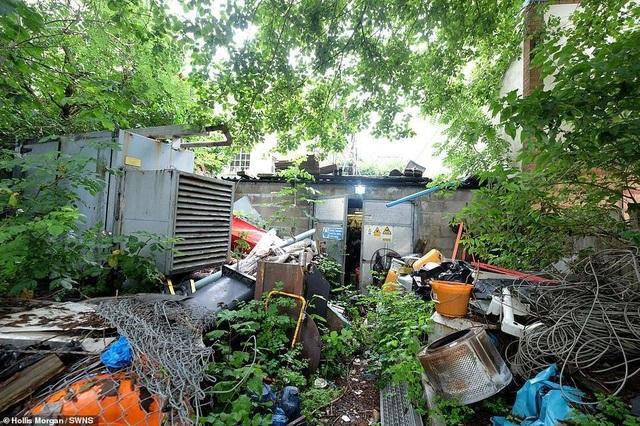 """Ngôi nhà vô chủ không có mái với một """"núi rác"""" được bán trên thị trường với giá gần 9 tỉ đồng - 3"""