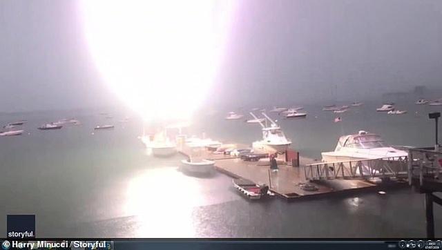 Video thuyền buồm nổ như bom khi bị sét đánh tại Mỹ - 1
