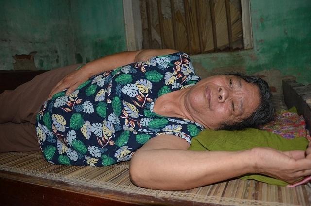 Xót xa cảnh bà cụ tuổi 70 cô đơn dưới mái nhà sắp sập! - 3