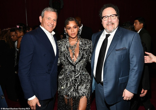 Beyonce diện váy xẻ ngực đưa con đi xem phim - 12