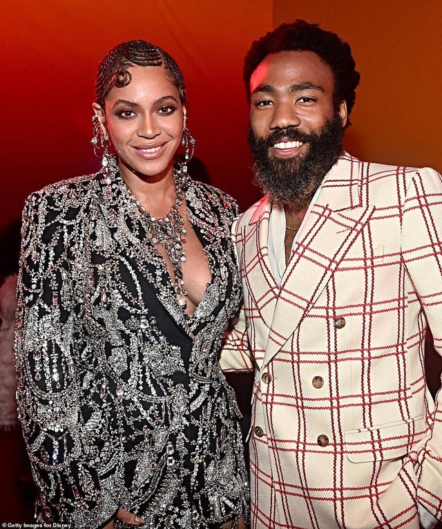 Beyonce diện váy xẻ ngực đưa con đi xem phim - 7