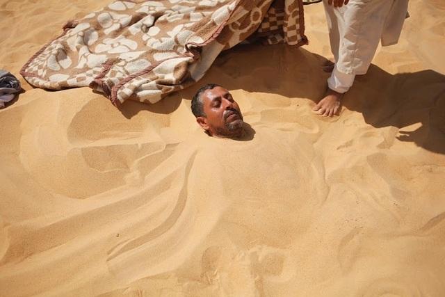 Bất chấp nắng nóng 50 độ C, du khách đổ xô đến sa mạc tắm cát nóng rẫy - 2
