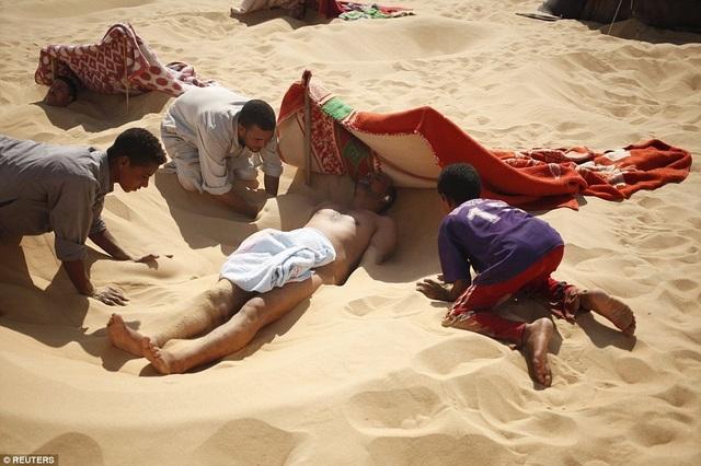 Bất chấp nắng nóng 50 độ C, du khách đổ xô đến sa mạc tắm cát nóng rẫy - 3
