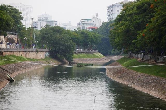 Sông Tô Lịch bất ngờ chuyển màu xanh sau khi nhận nước từ hồ Tây - 5