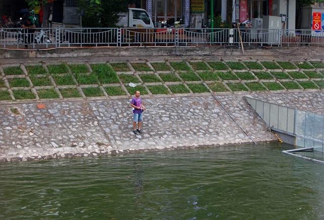 Sông Tô Lịch bất ngờ chuyển màu xanh sau khi nhận nước từ hồ Tây - 9