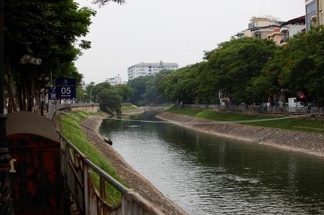 Sông Tô Lịch bất ngờ chuyển màu xanh sau khi nhận nước từ hồ Tây - 10