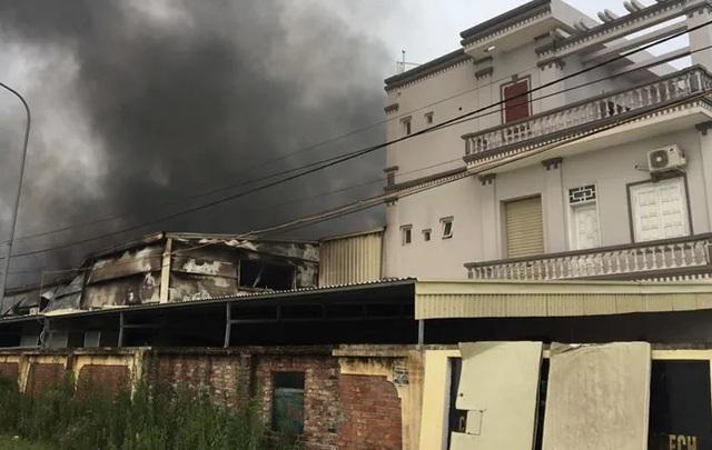 Nhà máy dược phẩm bốc cháy dữ dội kèm tiếng nổ lớn - 1