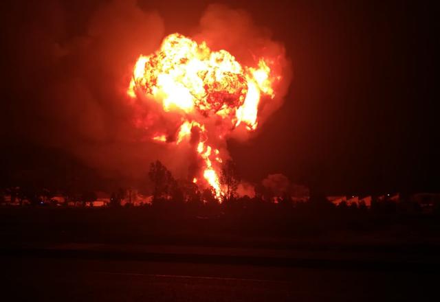 Video xe bồn bất ngờ phát nổ thành cầu lửa khổng lồ
