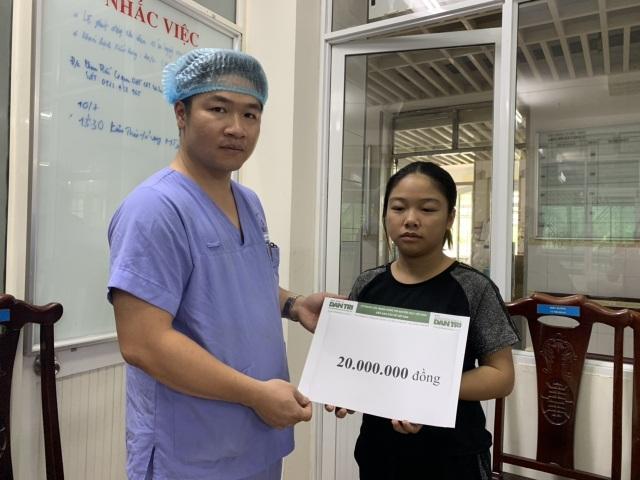 Báo Dân trí trao nóng 20 triệu đồng cứu chữa 2 bà cháu sống sót trong vụ hoả hoạn - 3