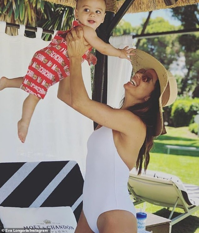 Eva Longoria đưa con trai cưng đi biển - 10