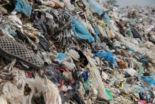 Cận cảnh những núi rác cao hơn ngôi nhà 4 tầng tại TP biển Sầm Sơn - 8
