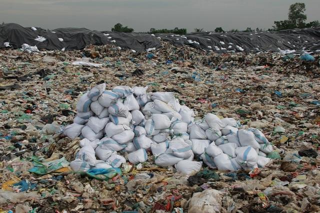 Cận cảnh những núi rác cao hơn ngôi nhà 4 tầng tại TP biển Sầm Sơn - 5