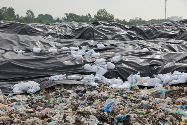 Cận cảnh những núi rác cao hơn ngôi nhà 4 tầng tại TP biển Sầm Sơn - 4