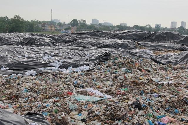 Cận cảnh những núi rác cao hơn ngôi nhà 4 tầng tại TP biển Sầm Sơn - 7