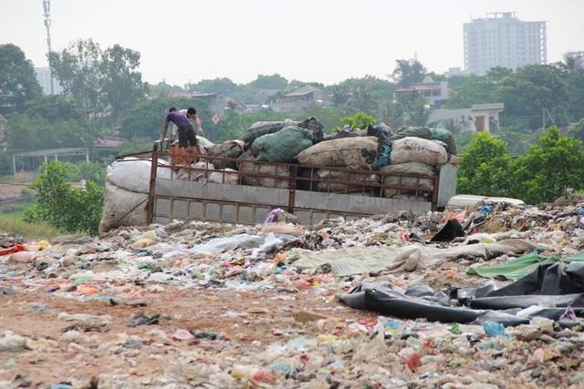 Cận cảnh những núi rác cao hơn ngôi nhà 4 tầng tại TP biển Sầm Sơn - 9