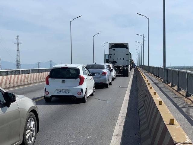 Xe container tông xe 7 chỗ trên cầu Gianh, quốc lộ 1A ùn tắc gần 5 km - 2