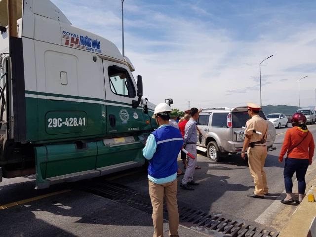 Xe container tông xe 7 chỗ trên cầu Gianh, quốc lộ 1A ùn tắc gần 5 km - 1