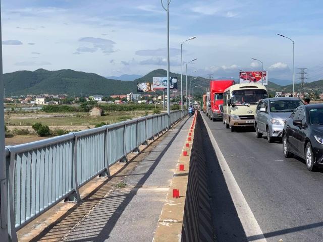 Xe container tông xe 7 chỗ trên cầu Gianh, quốc lộ 1A ùn tắc gần 5 km - 3