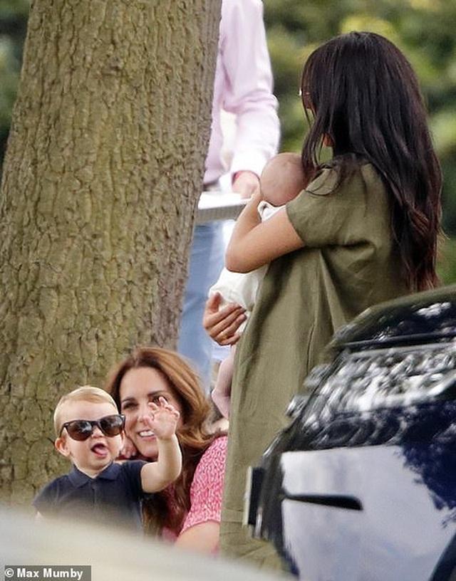 Công nương Meghan Markle bế con đi xem chồng chơi polo - 1