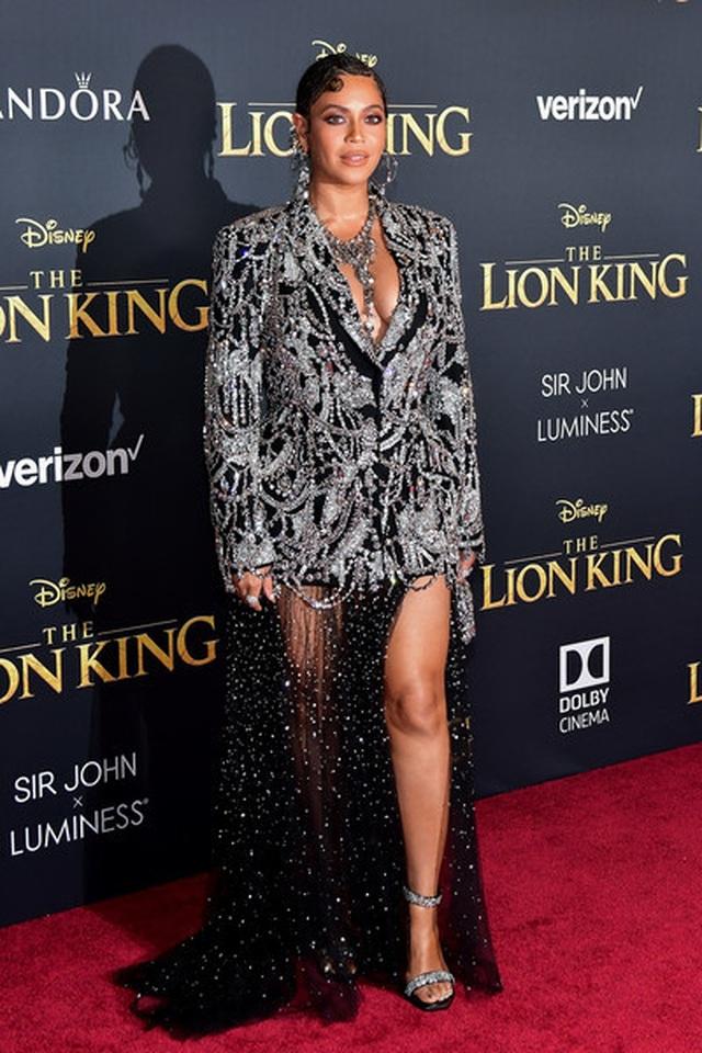 Beyonce diện váy xẻ ngực đưa con đi xem phim - 3