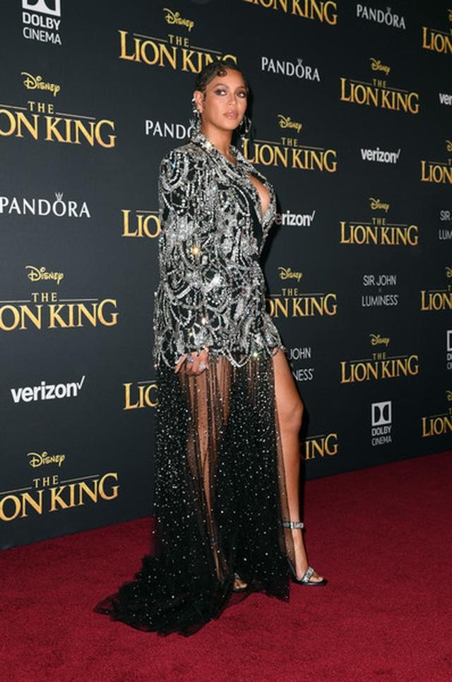 Beyonce diện váy xẻ ngực đưa con đi xem phim - 4