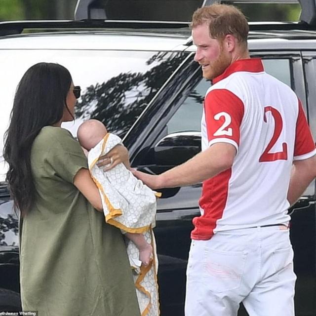 Công nương Meghan Markle bế con đi xem chồng chơi polo - 3