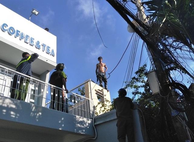 Nam thanh niên trèo lên nóc nhà dân cố thủ