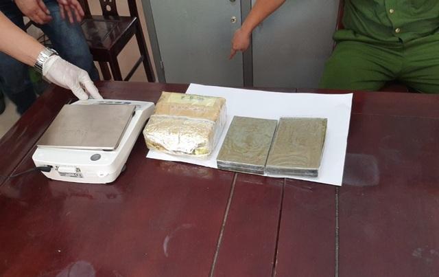 Cảnh sát giao thông mật phục bắt vụ vận chuyển 1kg ma túy đá và 2 bánh heroin - 4