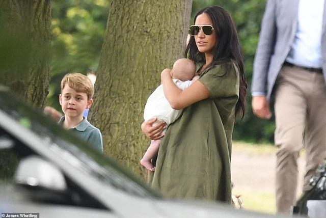 Công nương Meghan Markle bế con đi xem chồng chơi polo - 5