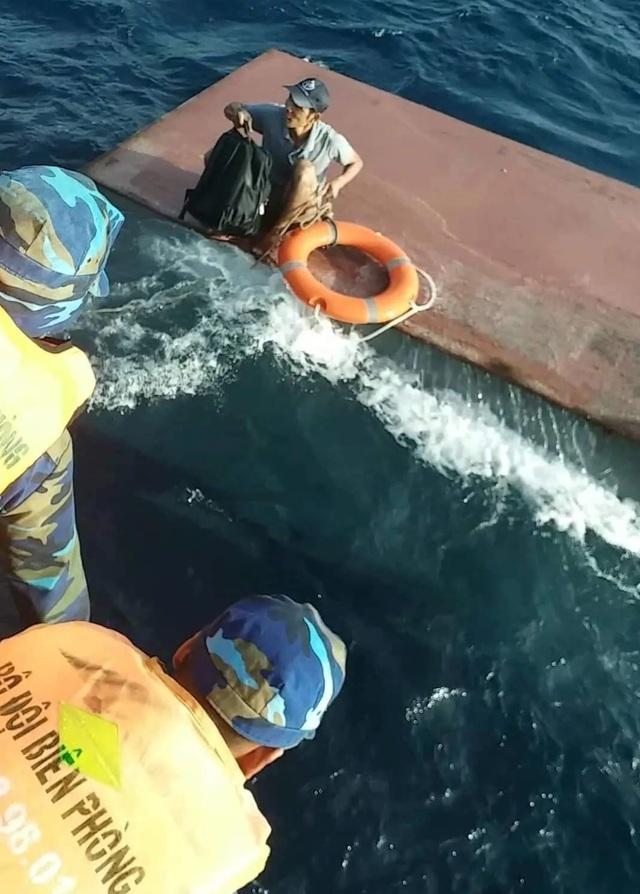 Tàu chở 15.000 lít dầu bị chìm, 4 thuyền viên được cứu sống - 1