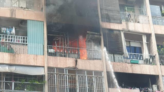 Ký túc xá ở Sài Gòn cháy dữ dội, nhiều người mắc kẹt - 7