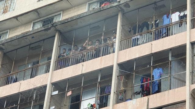 Ký túc xá ở Sài Gòn cháy dữ dội, nhiều người mắc kẹt - 4