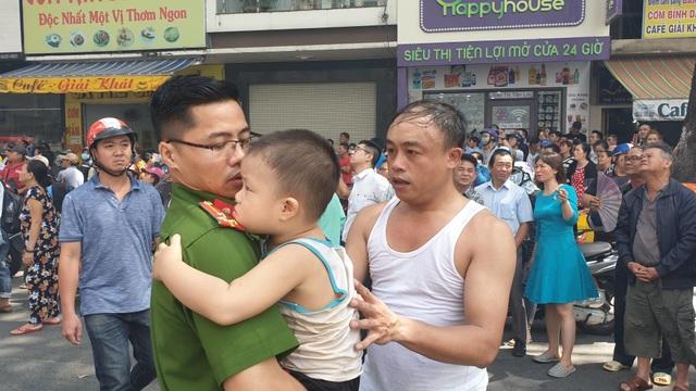 Ký túc xá ở Sài Gòn cháy dữ dội, nhiều người mắc kẹt - 2