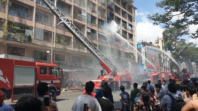 Ký túc xá ở Sài Gòn cháy dữ dội, nhiều người mắc kẹt - 3