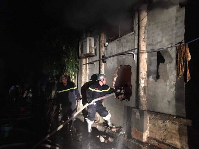 Hà Nội: Giải cứu 2 cô gái mắc kẹt trong đám cháy cửa hàng giày - 1