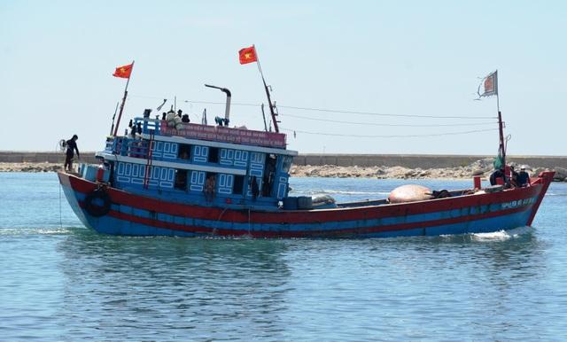 Tàu cá Lý Sơn cứu sống 32 ngư dân Trung Quốc bị trôi dạt trên biển - 1