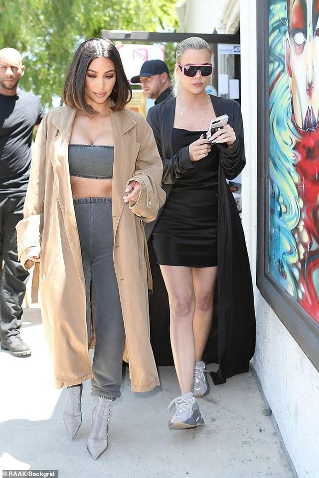Kim siêu vòng ba bốc lửa ra phố cùng em gái - 4