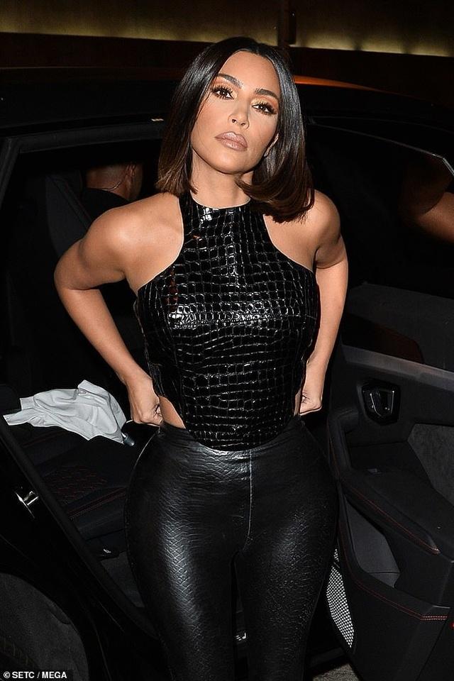 Kim Kardashian và chị gái đọ thân hình nảy lửa - 12
