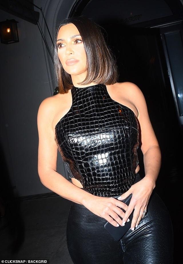 Kim Kardashian và chị gái đọ thân hình nảy lửa - 2