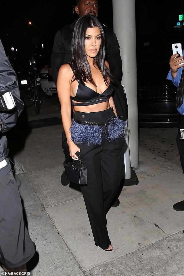 Kim Kardashian và chị gái đọ thân hình nảy lửa - 9