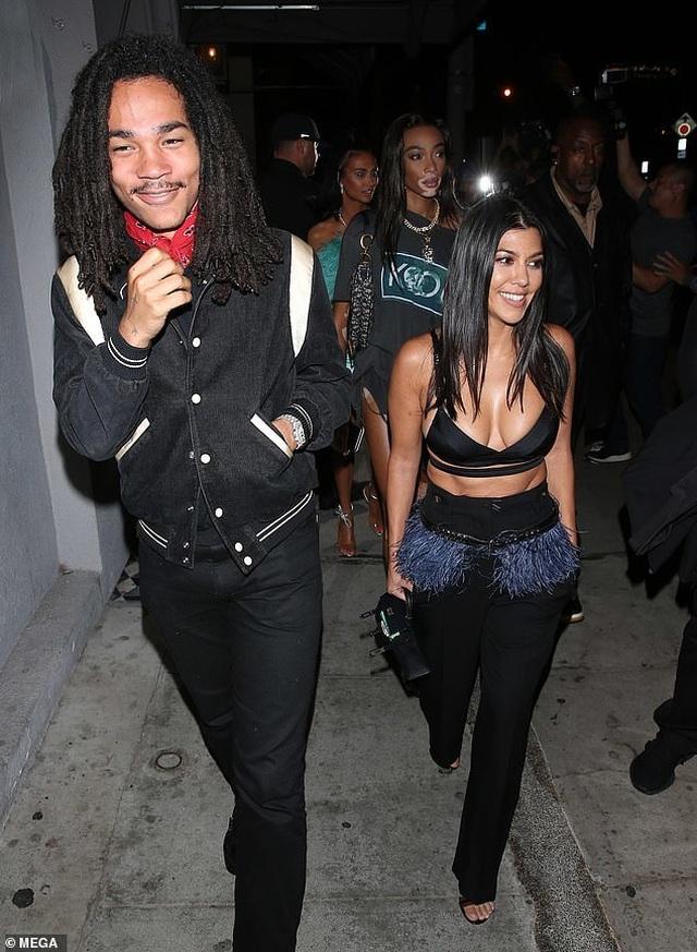 Kim Kardashian và chị gái đọ thân hình nảy lửa - 10