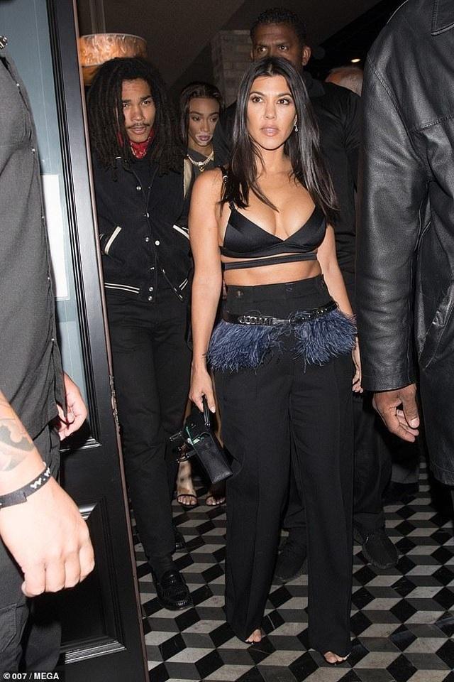 Kim Kardashian và chị gái đọ thân hình nảy lửa - 5