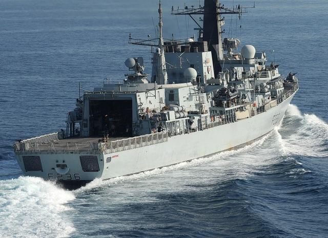 Báo Mỹ: 5 tàu có vũ trang của Iran bao vây, tính bắt giữ tàu dầu Anh - 1