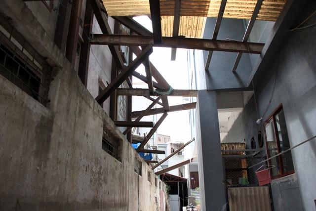 Hà Nội: Hàng loạt căn nhà xiêu vẹo, phải chống nạng tựa vào nhà chung cư - 3