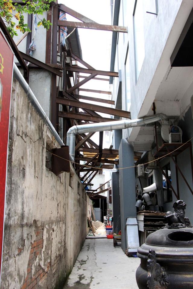 Hà Nội: Hàng loạt căn nhà xiêu vẹo, phải chống nạng tựa vào nhà chung cư - 9