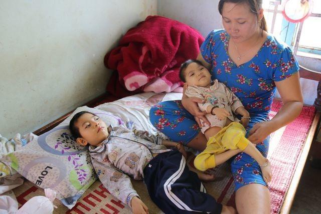 Bạn đọc Dân trí giúp đỡ hai bé gái bị não chất trắng hơn 88 triệu đồng - 3